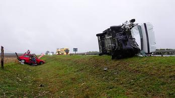 Személyautó és kamion ütközött az M5-ösön, három sérültet kórházba szállítottak