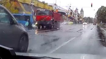 Videó: piroson áthaladó dömper gyűrt maga alá egy robogót a Lehel térnél