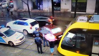 Vágányokra hajtott egy autó, karambolozott a villamos a Margit körúton