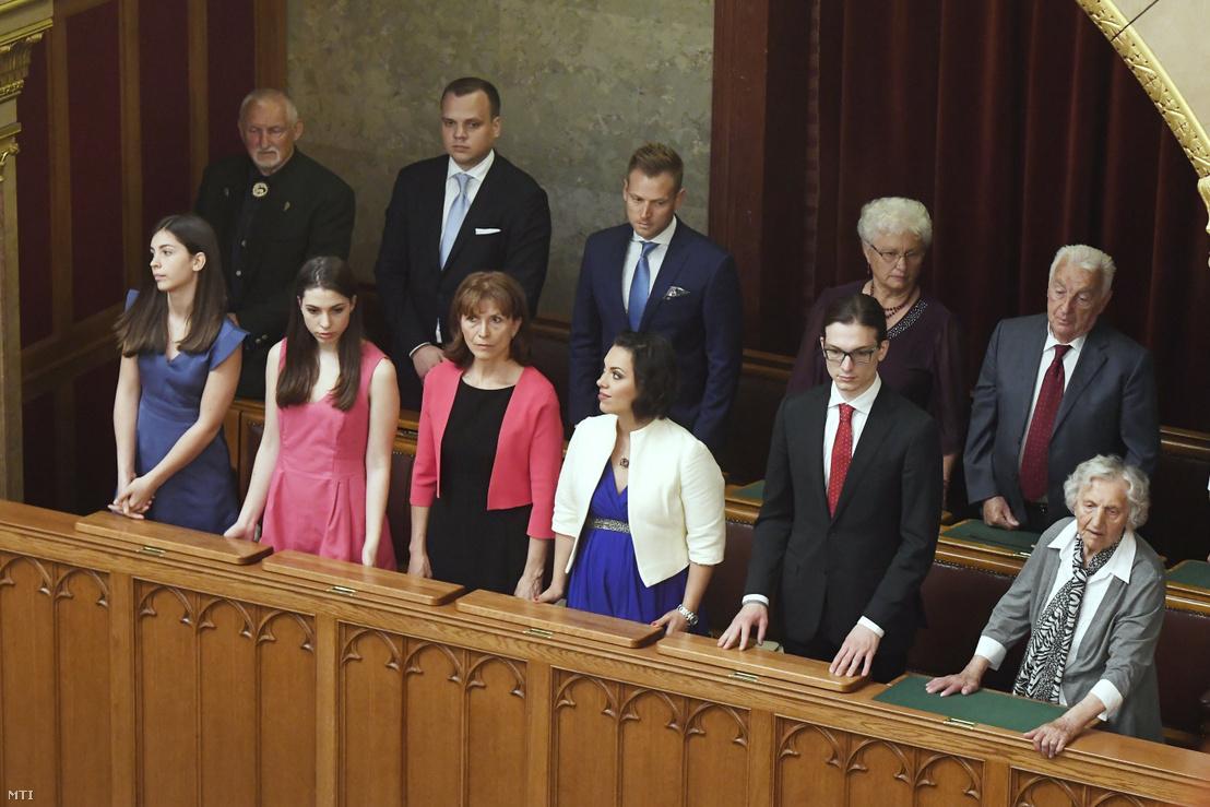 Orbán Viktor felesége Lévai Anikó (első sor b3), lányai Flóra Róza és Ráhel (első sor b b2 b4), fia Gáspár (első sor j2), édesapja Orbán Győző, édesanyja Orbán Győzőné és veje Tiborc István (második sor j-b) 2018. május 10-én az Országgyűlés plenáris ülésén, ahol újra miniszterelnökké választották Orbán Viktort.