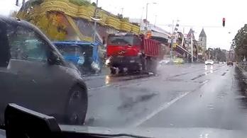Videón, ahogy teherautó alá csúszik egy robogó a Lehel térnél