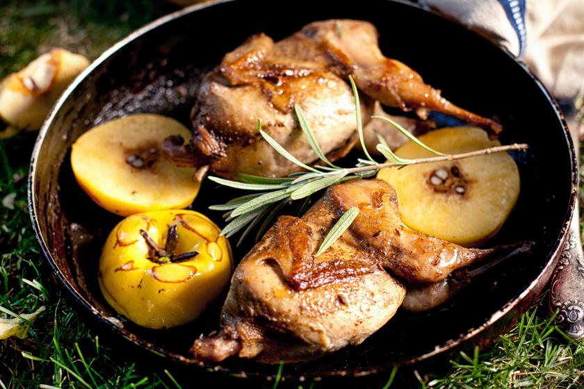 Fűszeres, ropogós, omlós csirkecomb vele sült birsalmával: mennyi finomság egy tepsiben!