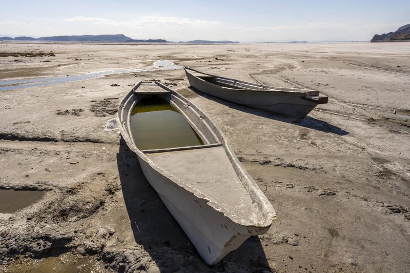 Elhagyatott csónakok idézik fel az egykor pezsgő életet a tó környékén. Napjainkban leginkább holdbéli tájra emlékeztet helyenként a tó medencéje.