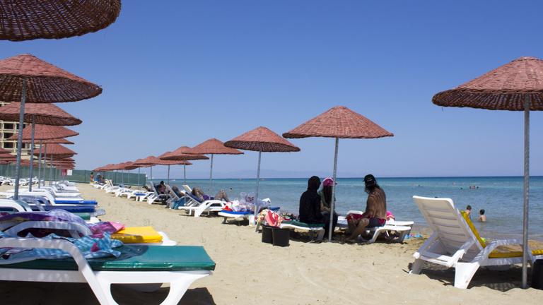 Megnyitottak néhány észak-ciprusi strandot, az Európai Unió aggódik