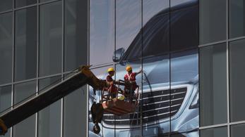 Több mint kétszer olyan gyorsan csökken az autóipari reklámköltés, mint az autópiac