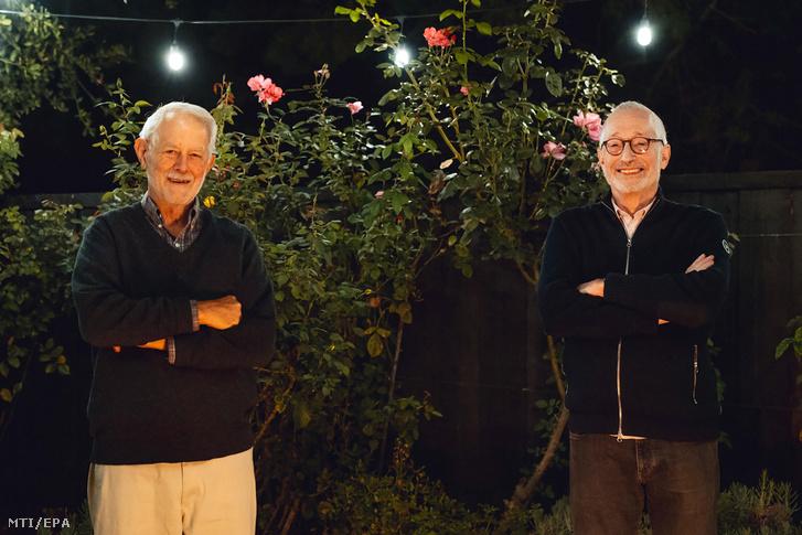 A Stanford Egyetem által közreadott képen Robert Wilson (b) és Paul Milgrom amerikai közgazdászok a Stanford Egyetem tanárai a kaliforniai Stanfordban 2020. október 12-én miután megosztva elnyerték a közgazdasági Nobel-emlékdíjat.