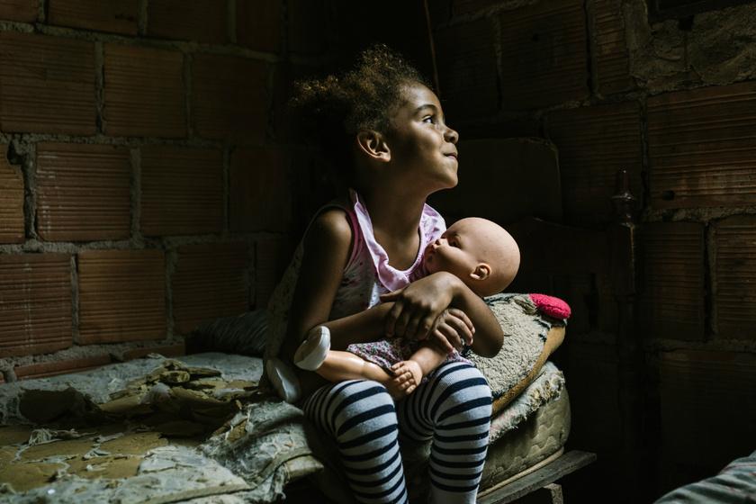 Egy régi gumiabroncs a kisfiú kedvenc játéka: így játszanak a világ legszegényebb országaiban