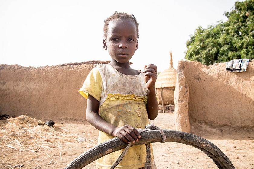 Nyugat-Afrikában, Burkina Faso területén a Kabore család 29 dollárból, átszámítva körülbelül 9 ezer forintnak megfelelő pénzből él meg havonta. Egyik gyerekük kedvenc játéka egy régi bicikligumi-abroncs.