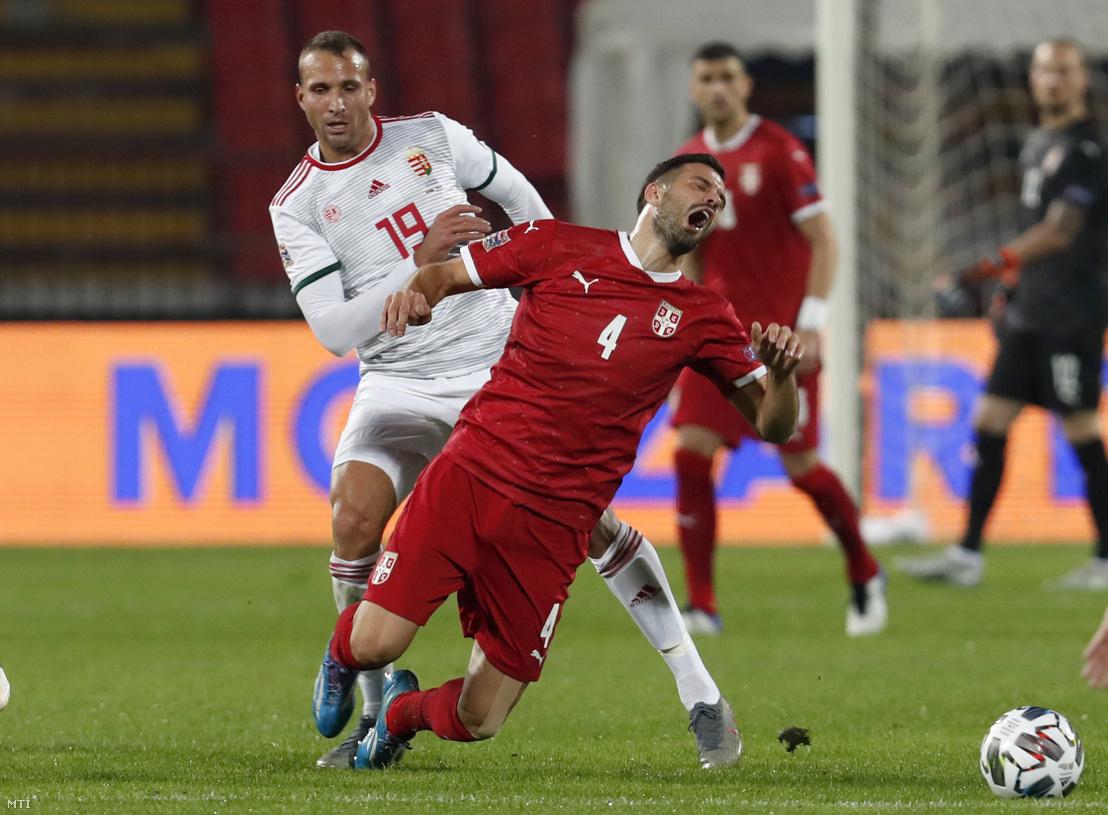 Könyves Norbert (b) és a szerb Luka Milivojevic a labdarúgó Nemzetek Ligája harmadik fordulójában játszott Szerbia - Magyarország mérkõzésen Belgrádban 2020. október 11-én.
