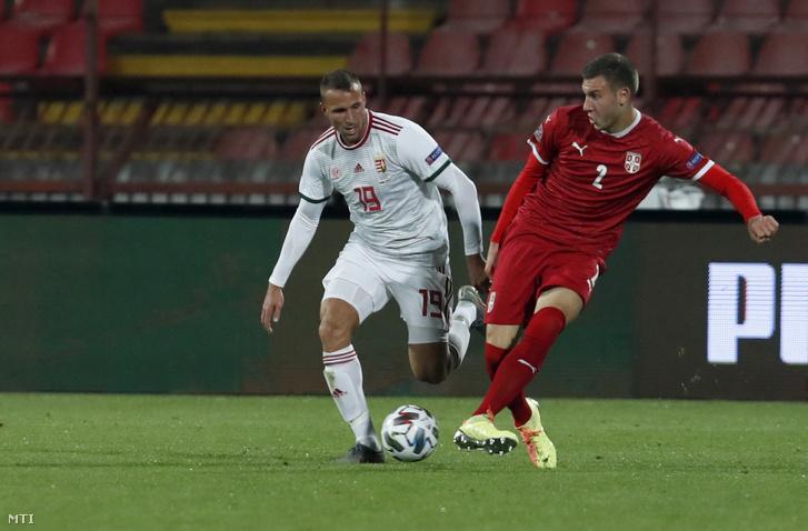 Könyves Norbert (b) és a szerb Strahinja Pavlovic a labdarúgó Nemzetek Ligája harmadik fordulójában játszott Szerbia - Magyarország mérkõzésen Belgrádban 2020. október 11-én.