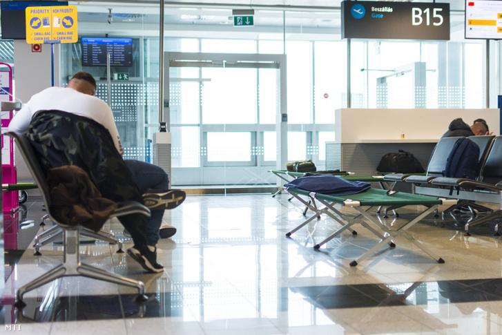 Az ORFK Kommunikációs Szolgálata által közzétett képen a Liszt Ferenc repülőtér tranzitvárója 2020. március 21-én. A határzár március 17-i bevezetése óta a Budapestre érkező nem magyar állampolgároknak itt kell várakozniuk, amíg el tudják hagyni az országot