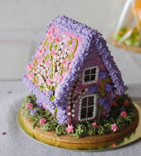 Remek kézügyességre vall az ilyen részletes díszítés, hiszen nem sokan képesek ennyire szép házikót készíteni.