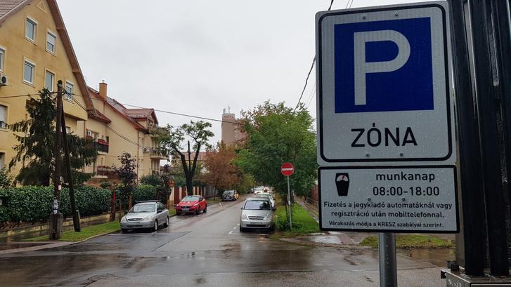 Kezdődik a zóna. Ott szemben egyirányú az utca és a mellette levő áruház miatt eddig mindig tele volt autókkal