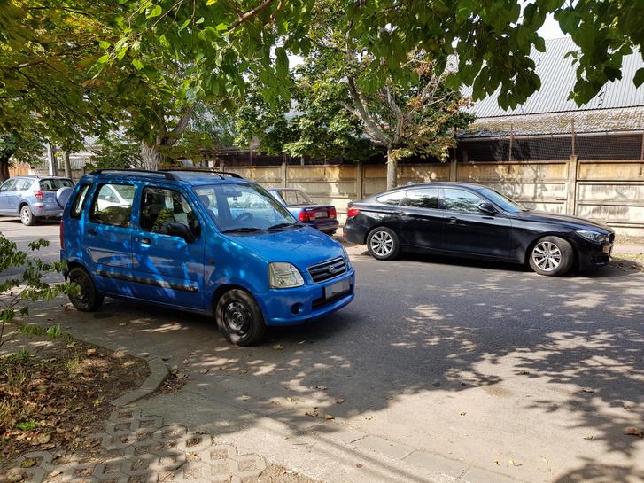 De néha van, hogy így parkol, ugyanúgy nem lehet tőle kiállni. Sajnos későn szerzett jogsit