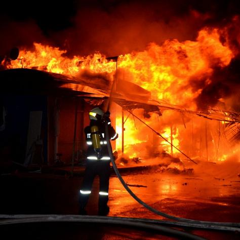 Lángoló házat olt egy tűzoltó