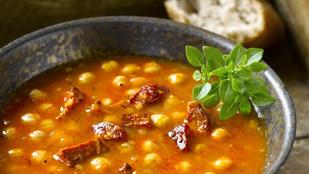 Vegán, paradicsomos csicseriborsó-leves, tésztával és friss bazsalikommal
