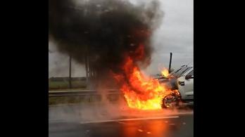 Kigyulladt egy autó az M3 autópályán