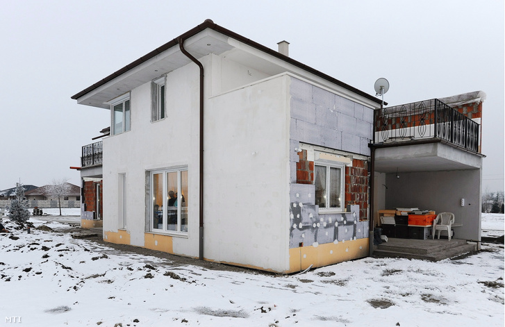 A debreceni Szabó család 170 négyzetméteres háza a családi otthonteremtési kedvezmény (csok) 25 százalékos arányú támogatásával hét és fél hónap alatt épült fel a Huszti-lakóparkban. Bár az épület külső vakolása, szigetelése még nincs teljesen kész, a 38 éves adminisztrátor anyuka, Oktávia és a 46 éves taxisofőr apa, István három gyerekükkel beköltözhetett, és belakta új otthonát.