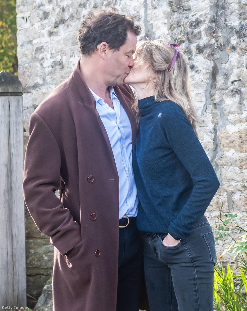 """A Daily Mail """"bizarr jelenetnek"""" nevezi, ahogy West és felesége a fotósok elé lépett, és meg kell hagyni, hogy tényleg elég rendhagyó, hogy a félrelépésen kapott férj később a feleségével együtt egy aláírt A4-es lapot ad át a paparazzóknak, de el kell ismerni, hogy maga az alaphelyzet is roppant bizarr (mármint hogy újságírók hada kéri számon az embertől a magánéletét), így bármit is reagálnak rá az érintettek, az valószínűleg nem fog természetesnek hatni."""