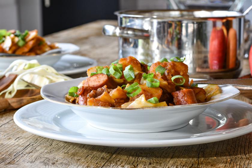 Sűrű, szaftos osztrák krumpligulyás: már egy tányértól mindenki jóllakik