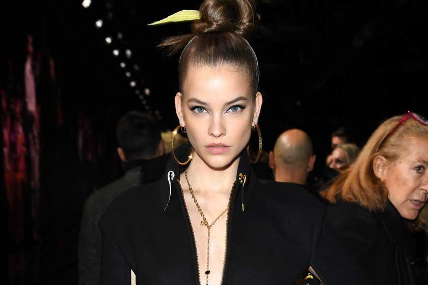Palvin Barbi mellvillantással tarol: aranyszínű ruhája nem sokat takar