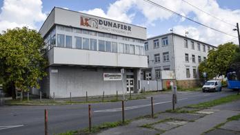 Az orosz nagykövetség előtt követelik fizetésüket a Dunaferr dolgozói