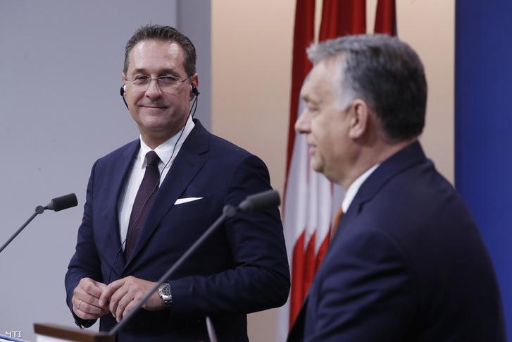 Orbán Viktor miniszterelnök (j) és Heinz-Christian Strache osztrák alkancellár sajtótájékoztatót tart tárgyalásuk után a Karmelita kolostorban 2019. május 6-án.