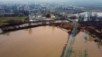 Az árvíz miatt több utat lezártak Borsodban