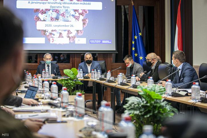 Orbán Viktor, Pintér Sándor, Rogán Antal és Kovács Zoltán a koronavírus-járvány elleni védekezésért felelős operatív törzs ülésén a Belügyminisztériumban 2020. szeptember 26-án