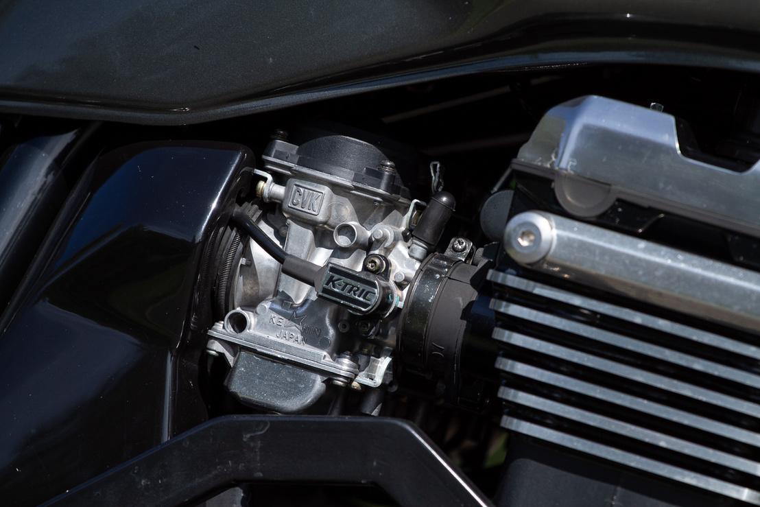 Az  1200-as fojtószelepszenzoros Keihin karburátora, de igen valószínű, hogy megpiszkálták