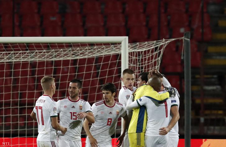 A magyar válogatott tagjai ünnepelnek, miután 1-0-ra győztek a labdarúgó Nemzetek Ligája harmadik fordulójában játszott Szerbia - Magyarország mérkőzésen Belgrádban 2020. október 11-én.