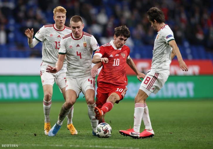 Zelimkan Bakajev (középen) Szalai Attilával harcol a labdáért