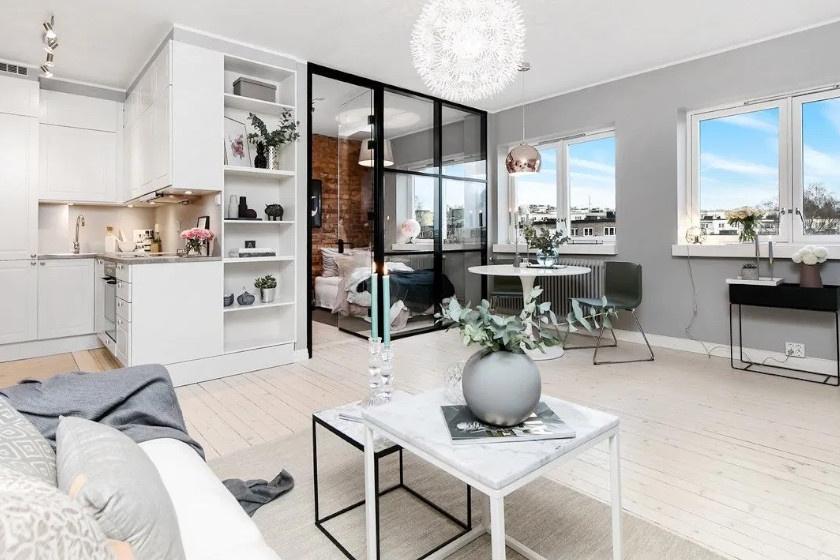 Ez a hangulatos lakás Svédországban található. Azonnal szembetűnik a praktikus megoldásként felszerelt üvegajtó: nagyszerűen leválasztotta az egy légterű ingatlanból a hálósarkot.