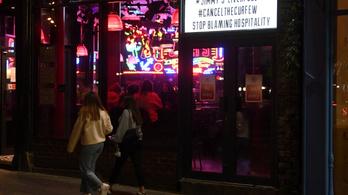 Hiába zárnak este a pubok, bulizók tömegét kellett feloszlatni Liverpoolban