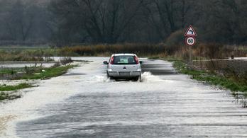 Áradnak a folyók, több település szinte elérhetetlen
