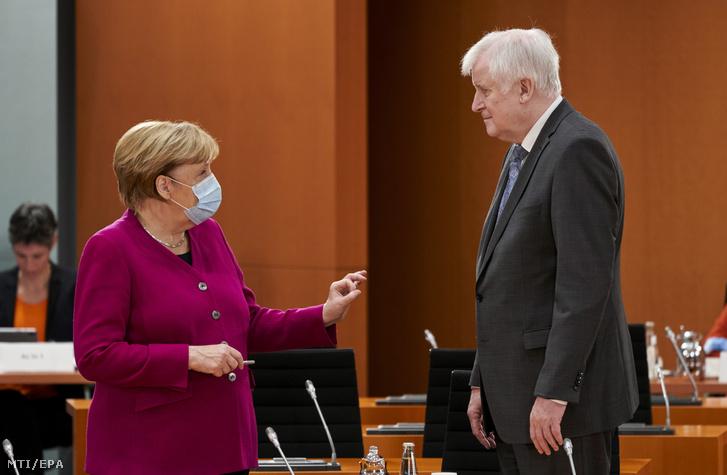 Angela Merkel és Horst Seehofer a tegnapi kibővített kormányülésen.