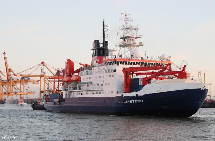 A Polarstern (Sarkcsillag) nevű, német jégtörő kutatóhajó északi-sarkvidéki expedíciója végezetével a németországi Bremerhaven kikötőjébe érkezik 2020. október 12-én.