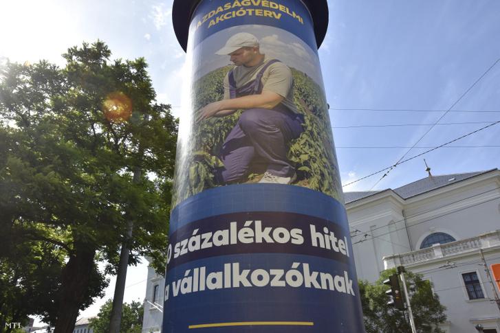 Gazdaságvédelmi akciótervről tájékozatátó plakát egy Horváth Mihály téri hirdetőoszlopon Józsefvárosban.