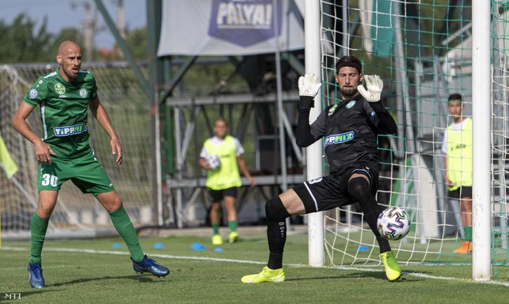 Holczer Ádám paksi kapus gólt kap mellette csapattársa Szabó János (b) a Paksi FC - Újpest FC labdarúgó-mérkőzésen a Paksi FC új stadionjában az avatás napján 2020. augusztus 15-én. Paks-Újpest 1-2.