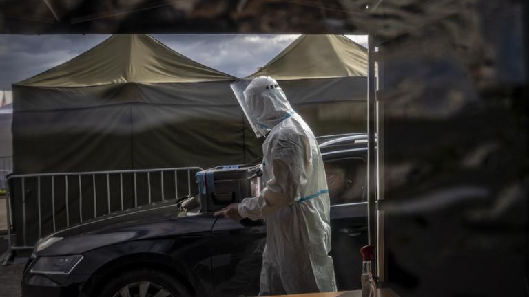 Olyan gyorsan nő a cseh fertőzöttek száma, hogy Prágában tábori kórházat kell építeni