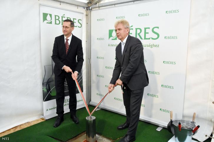 Varga Mihály pénzügyminiszter (b) és Béres József, a Béres Gyógyszergyár Zrt. elnöke elhelyezi az időkapszulát