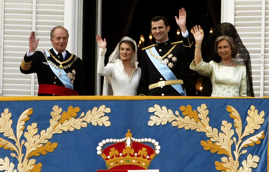 Fülöp herceg és felesége, Letícia (középen) integetnek a tömegnek a királyi palota erkélyéről esküvőjük után, mellettük I. János Károly és Zsófia királyné 2004. május 22-én Madridban