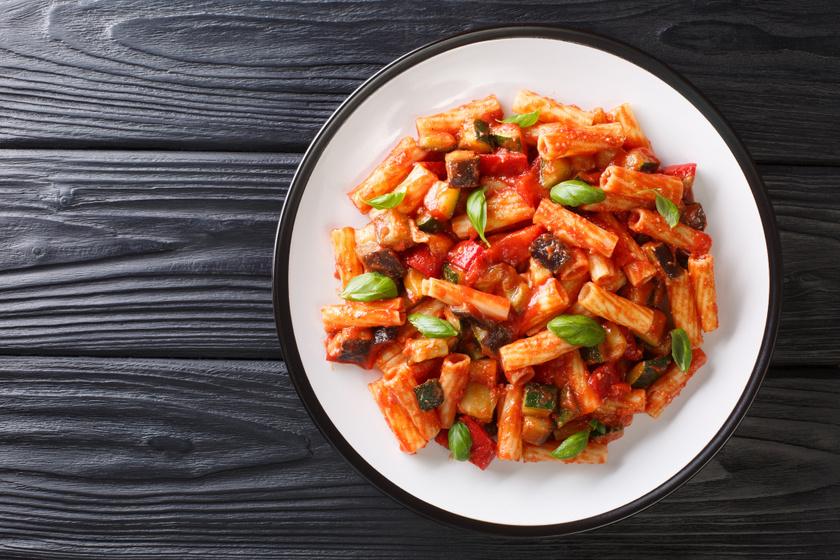 Padlizsános, cukkinis tészta fűszeres paradicsomszósszal: 30 perc, és kész