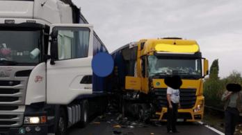 Két kamion ütközött, öt kilométeres dugó az M1-esen