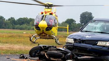 Frontálisan karambolozott egy motoros Kiskunmajsánál, mentőhelikopter vitte kórházba