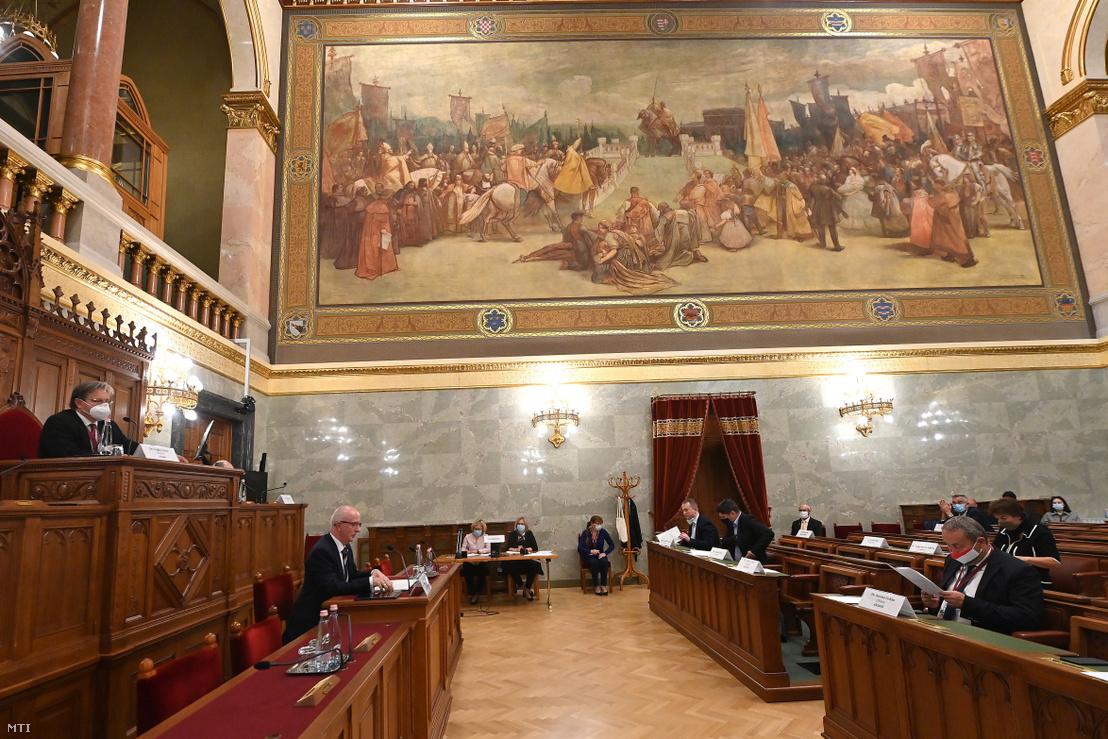 Varga Zsolt András, a Kúria elnökjelöltje (b2) meghallgatásán az Országgyűlés igazságügyi bizottságának ülésén a Parlament Delegációs termében 2020. október 8-án. A pulpituson Vejkey Imre, a bizottság KDNP-s alelnöke.