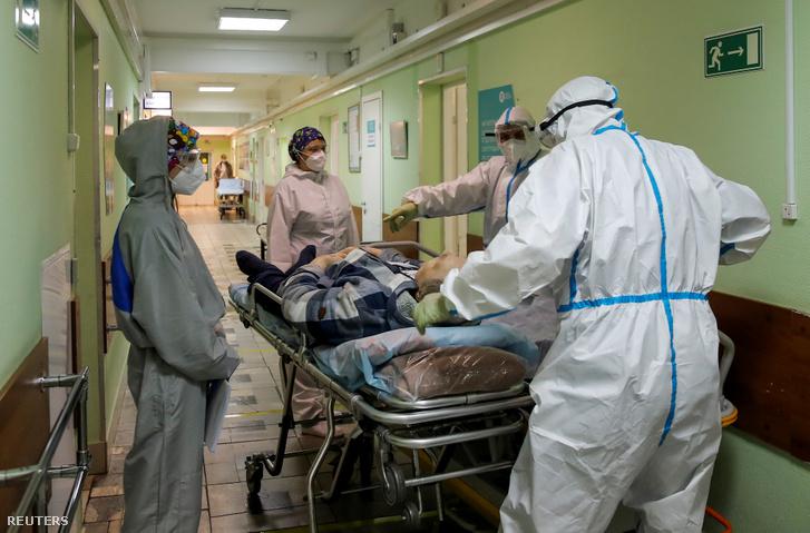 Egészségügyi dolgozók szállítanak egy koronavírussal fertőzött beteget a moszkvai 52-es számú kórházban 2020. október 8-án