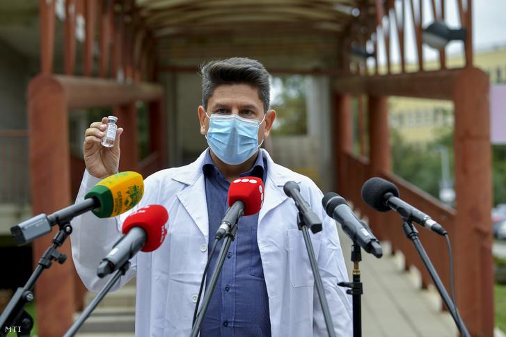 Várkonyi István, a Debreceni Egyetem Kenézy Gyula Egyetemi Kórház Infektológiai Intézetének megbízott igazgatója beszél a Richter Gedeon Nyrt. gyógyszergyár által kifejlesztett, remdesivir hatóanyagot tartalmazó koronavírus elleni szerről tartott sajtótájékoztatón az intézmény épülete előtt Debrecenben 2020. október 15-én.