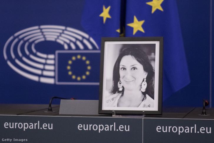 Daphne Caruana Galizia fotója az EU parlamentben 2017. november 14-én
