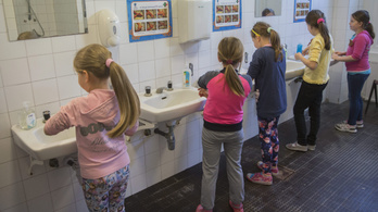 Csaknem egymilliárd gyerek nem tud kezet mosni, mert nincs se víz, se szappan